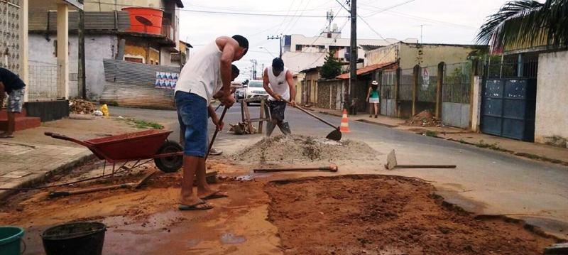 Moradores que já pagam para que a prefietura trabalhe foram obrigados a pagar de novo e fazer do próprio bolso o serviço no Apeadouro