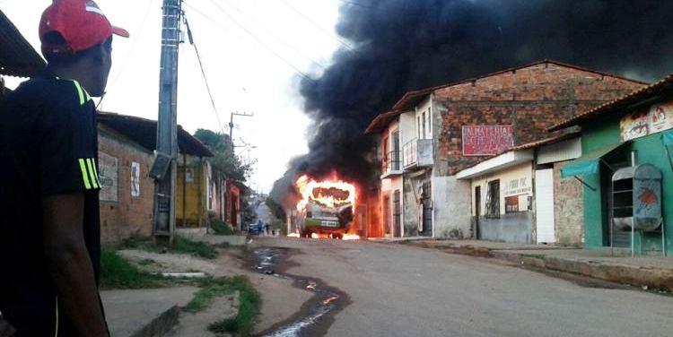 ônibus queimando em plena manhã na Vila Cafeteira/Cohab