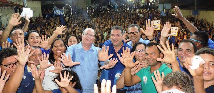 Rocha com Zé Gomes em cumprimento ao povo