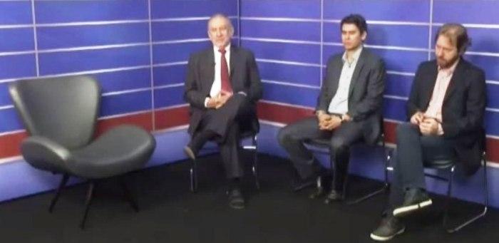 Imagem mostra a cadeira vazia do prefeito e os jornalistas, que viram desrespeito do prefeito ao eleitor