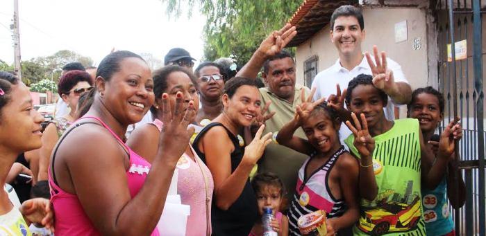 Moradores da Zona Rural fazem o sinal-símbolo da campanha de Eduardo Braide